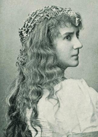 Louise Dumont as Portia